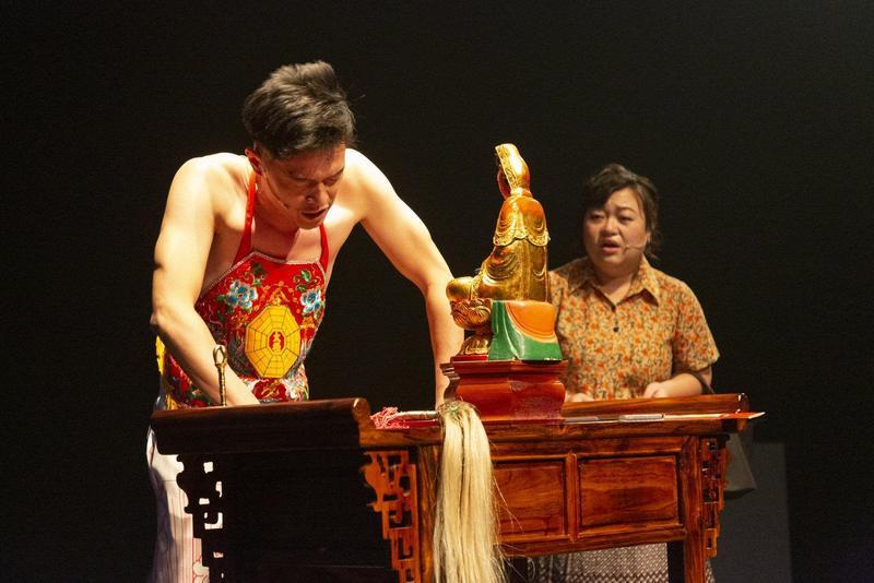 來自新加坡的戲劇《上身不由己》自11月30日起,首度在台北水源劇場演出。(娩娩工作室提供)