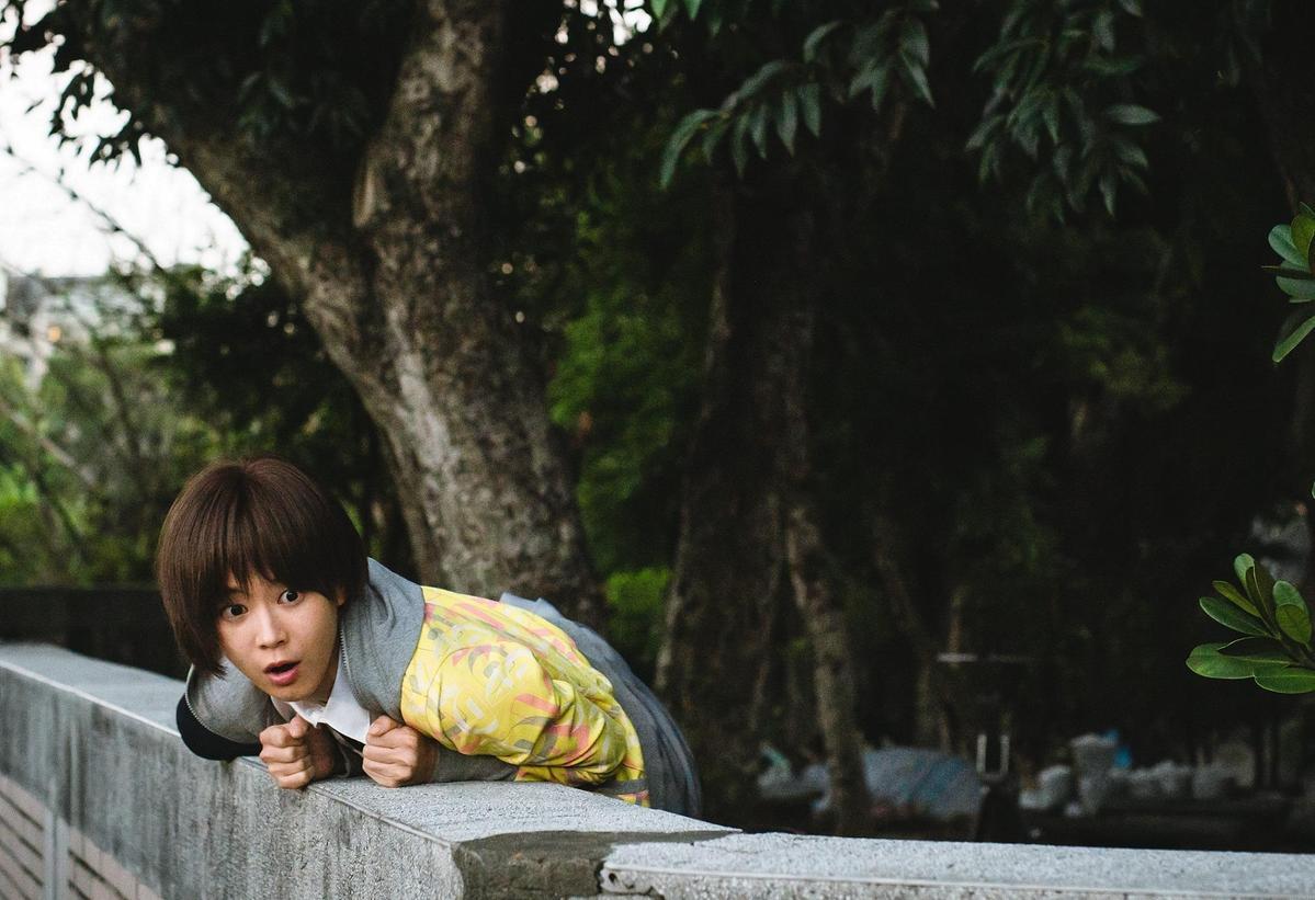 鍾瑶拍攝爬牆翹課的戲,勾起學生時期的回憶。(東森創作提供)