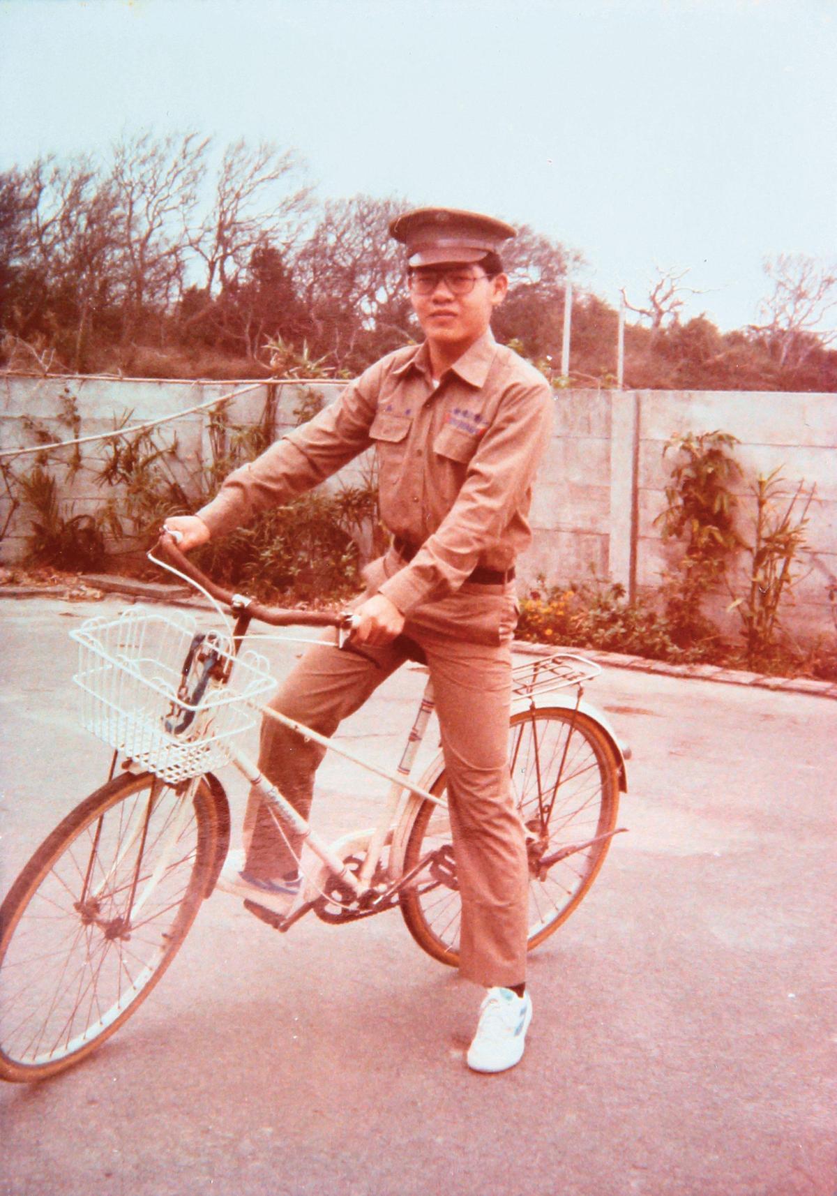 念彰化高工時的廖品源,每天騎37公里腳踏車上班、上學。(廖品源提供)