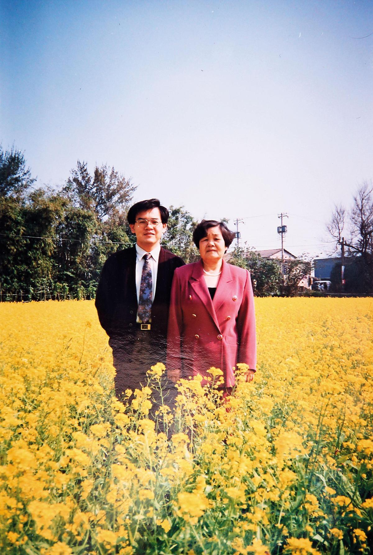 廖品源(左)創業那年的過年,與媽媽(右)開心合影。(廖品源提供)