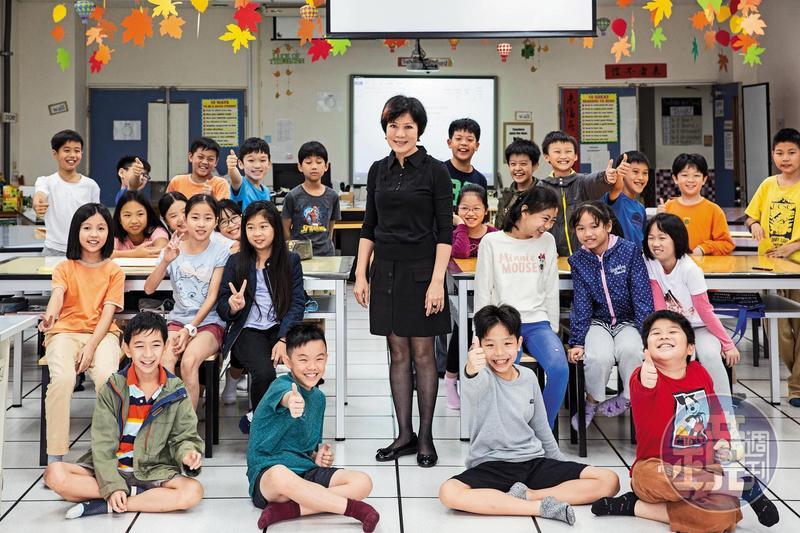 李以敏擔任國小英語教師19年,行事作風強勢,像是學校裡的女王。