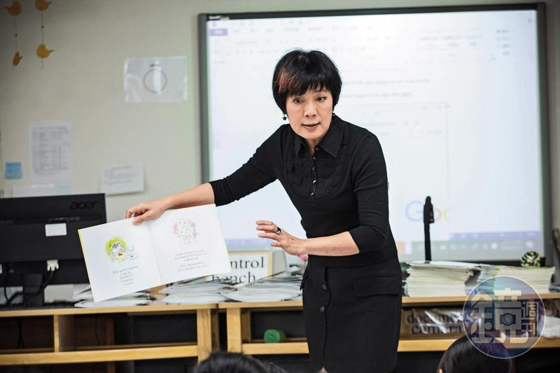 李以敏講起繪本唱作俱佳,雖然有近10位同學讀過,但她翻頁前會問學生若身為故事角色會怎麼做,減少彼此的資訊落差。
