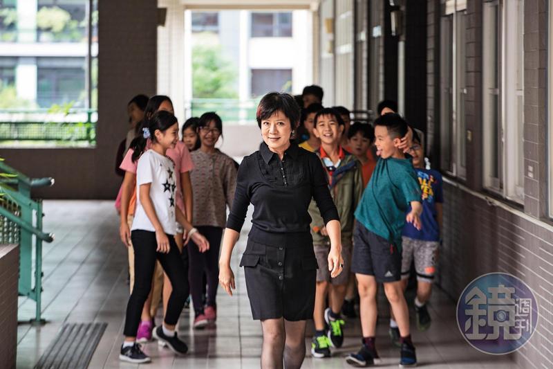 走出教室之後,學生恢復調皮本性,以殭屍般的步伐,跟在李以敏後方前進。