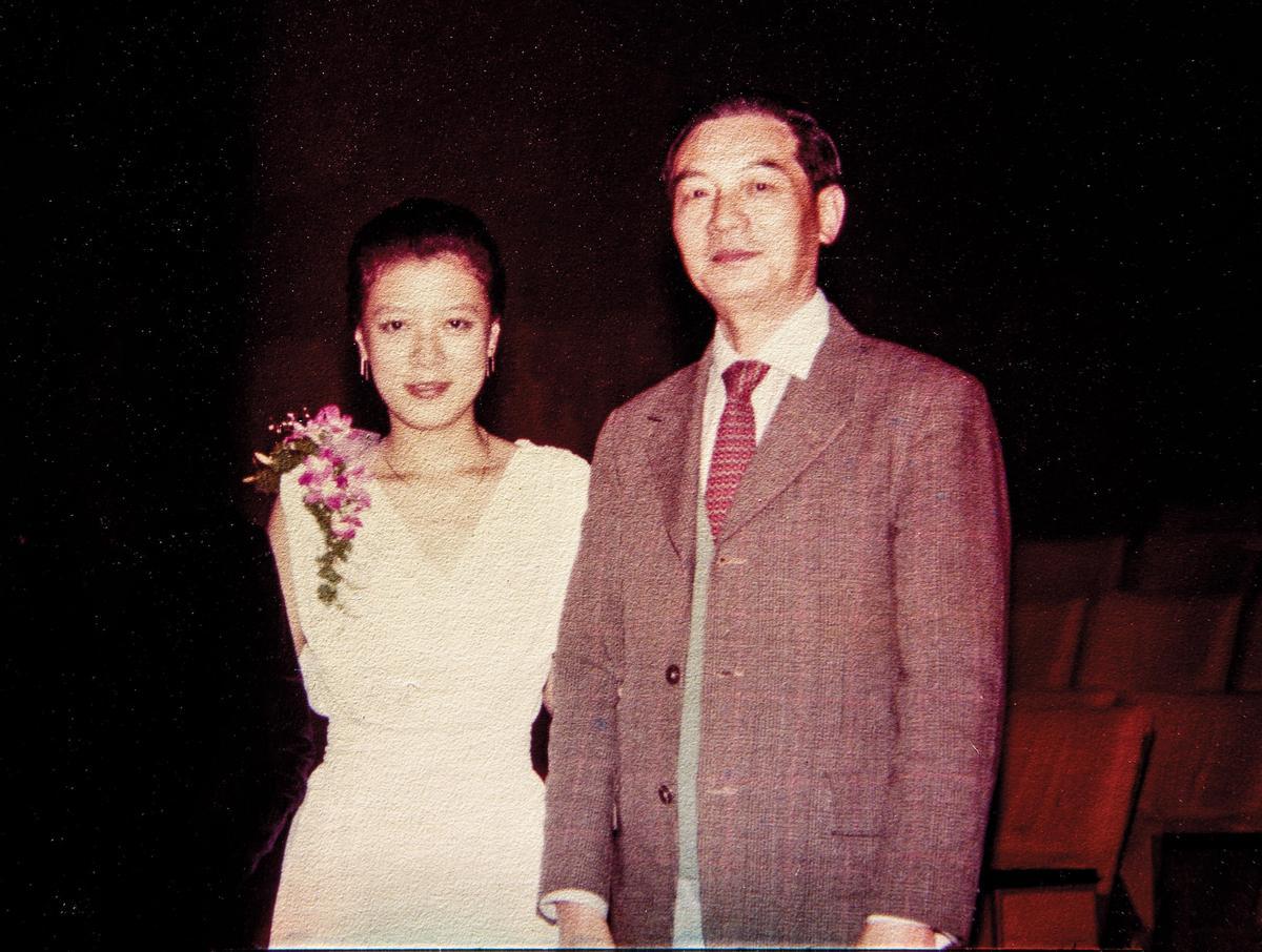 李以敏(左)大學時主修鋼琴,舉辦畢業演奏會時,父親(右)西裝筆挺帶著全家人前來參加。(李以敏提供)