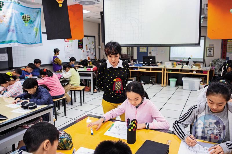 這天上課的主題是「對稱」,李以敏發下畫著半顆南瓜的學習單,鼓勵同學以自己的想法塗色。