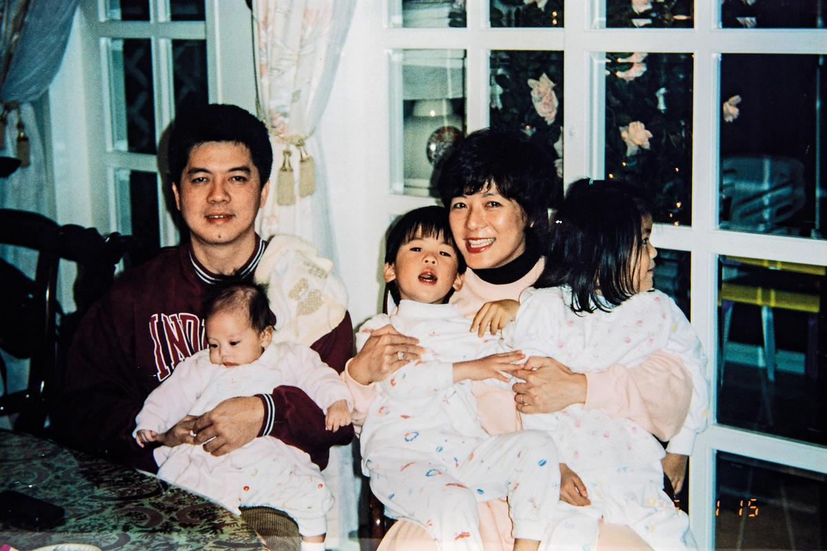 李以敏(右2)34歲才生第一胎,曾一度以為自己生不出孩子,沒想到後來生了3個。但她也坦言家事有幫傭協助打理,才能在學校投注全副心力。(李以敏提供)