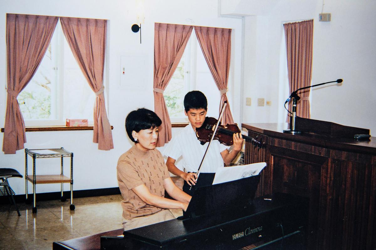 過去李以敏常去教會演奏鋼琴,圖為她替正在學音樂的孩子伴奏。(李以敏提供)