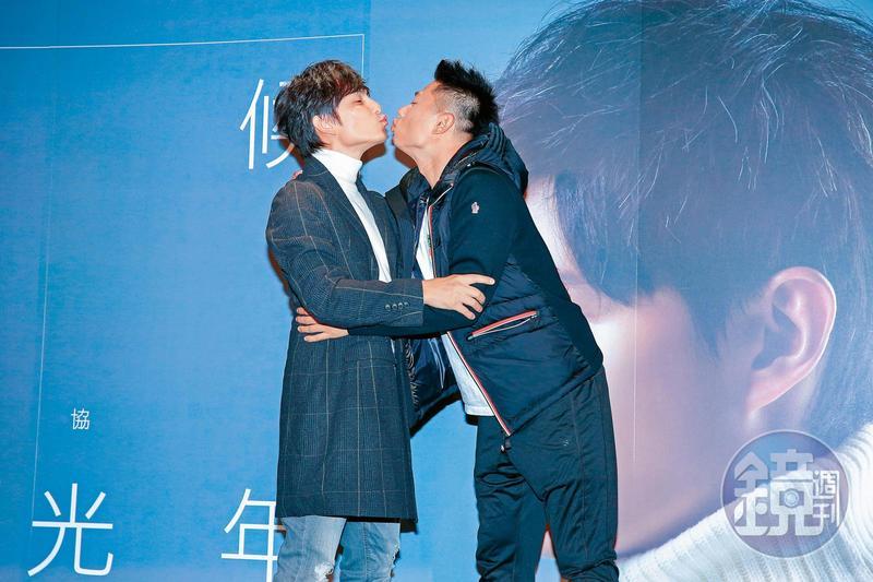 就算孫協志(左)有過幾段失敗的愛情跟一段失敗的婚姻,但他還是跟小刀獻出了男男隔空接吻,放送兩人堅情。