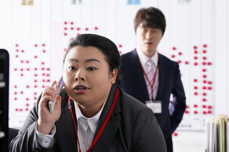人氣女諧星渡邊直美在《Sunny 我們的青春》片中飾演被壓榨的苦命上班族,與平日誇張搞笑形象大異其趣。(CatchPlay提供)