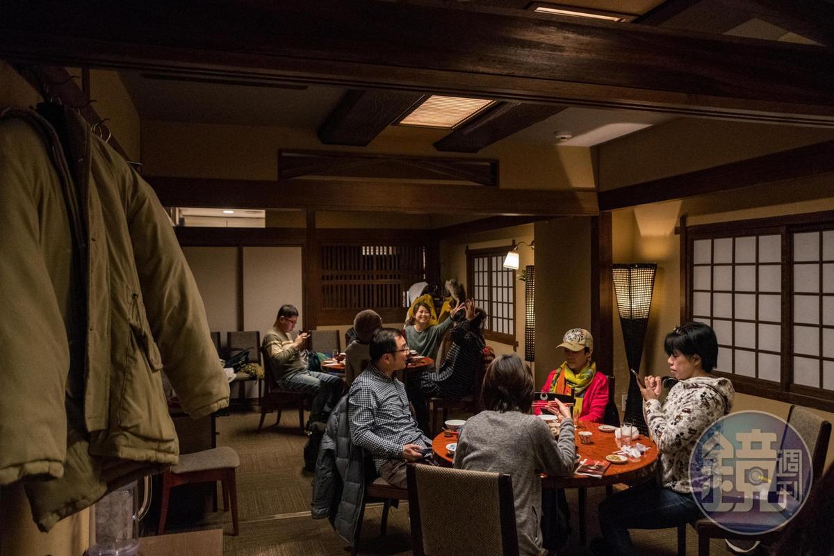 圍坐在圓桌旁進食,是從中國傳來的用餐方式。