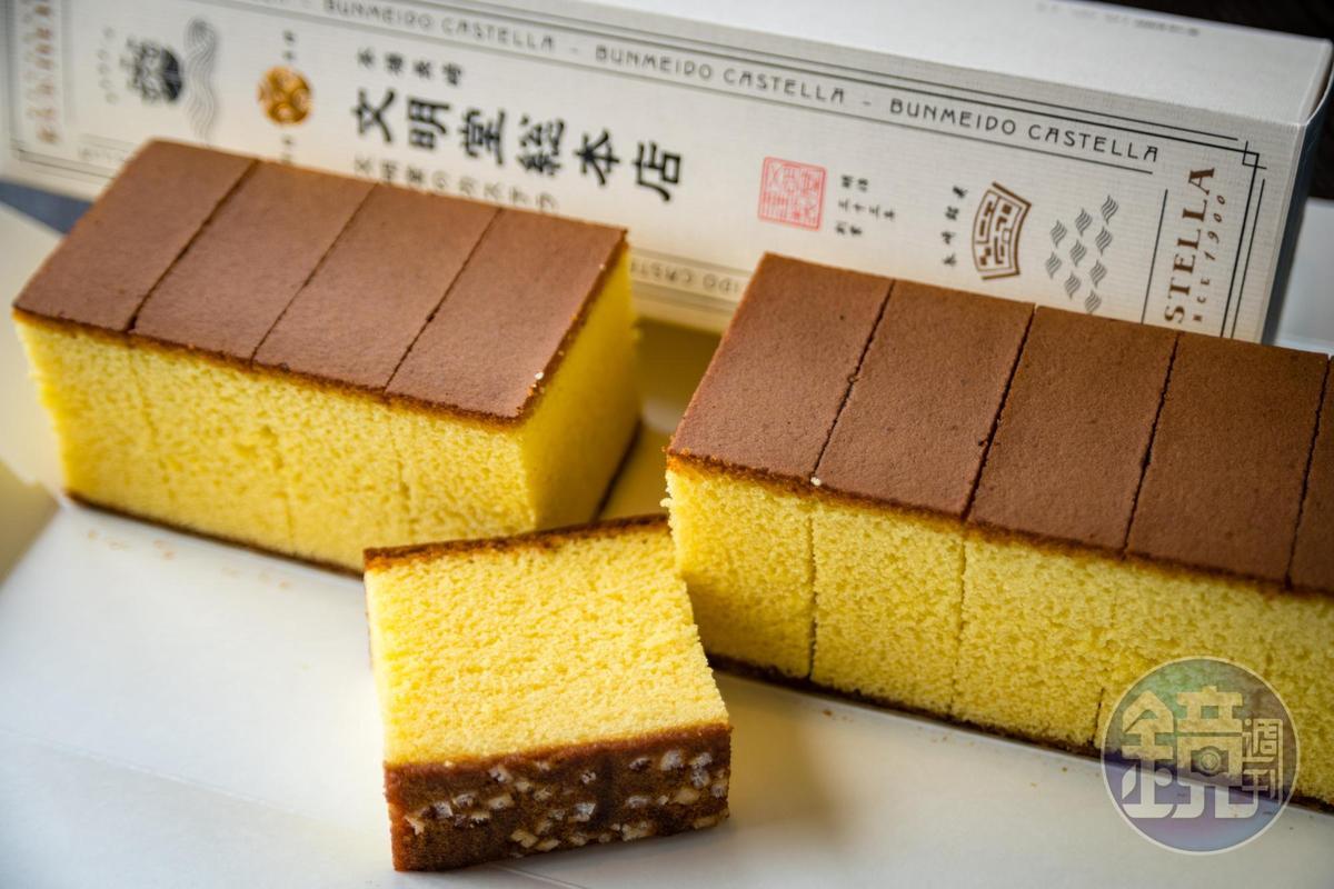 「文明堂」的長崎蛋糕口味較淡,但底部還是有特色的粗砂糖粒。(1,000日圓/條、0.6號,約NT$268)