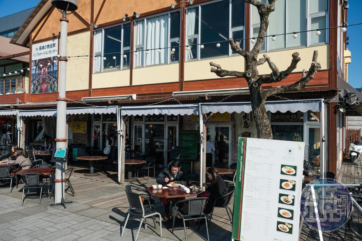 座落在出島的「Attic」,面臨長崎港,有暖陽的冬日午後,常有客人在戶外用餐。