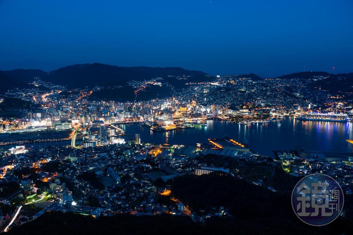 萬家燈火與港灣燈光互相輝映的長崎夜景,2012年被認定為日本新三大夜景。