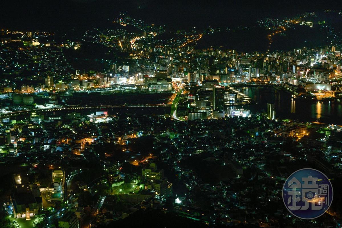 在展望台上轉一圈,能欣賞不同角度的長崎夜景。