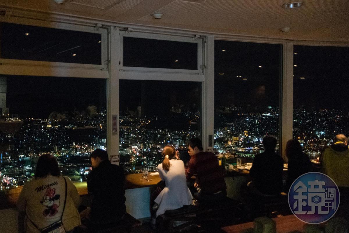 稻佐山展望台上的「光之餐廳」,面對港灣的黃金座位,最受情侶歡迎。