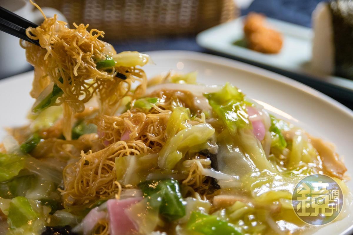 口味類似廣東炒麵的「皿烏龍」,是長崎特色美食,在光之餐廳也吃得到。(1,550日圓/套餐,約NT$415)