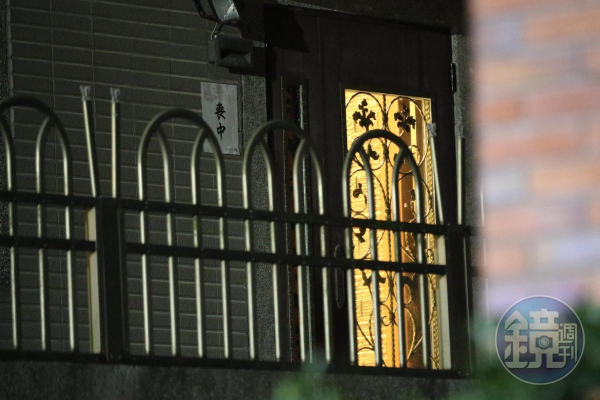 安迪家門口已貼出「喪中」。