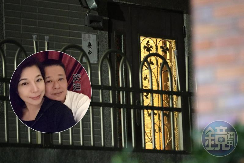 本名林富進的藝人安迪(左)家門口掛上「忌中」,家屬證實安迪過世,享年57歲。圓圖為安迪與妻子阿娥合照。(翻攝自安迪臉書)