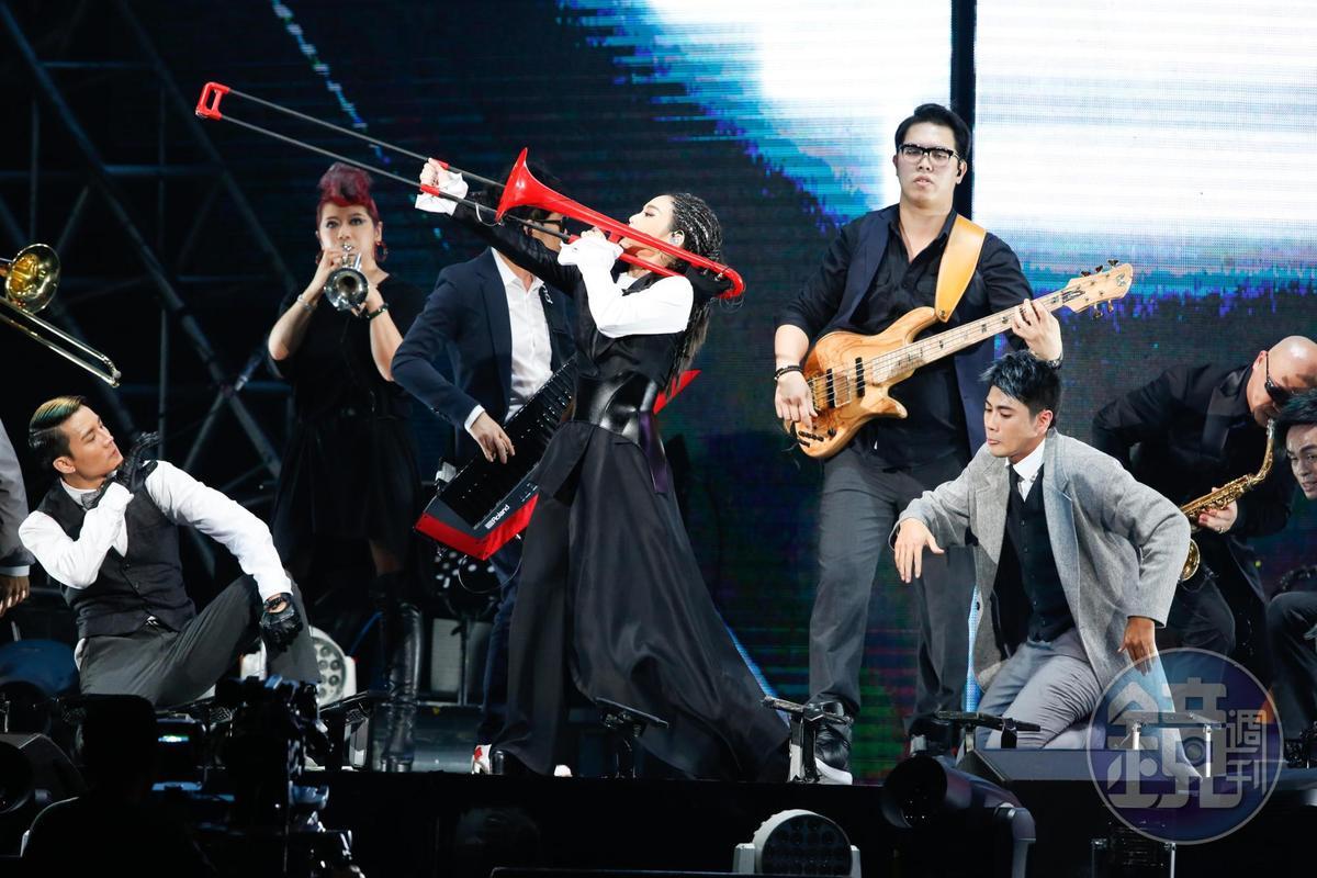 除了演唱,徐佳瑩也苦練打鼓等樂器製造驚喜。