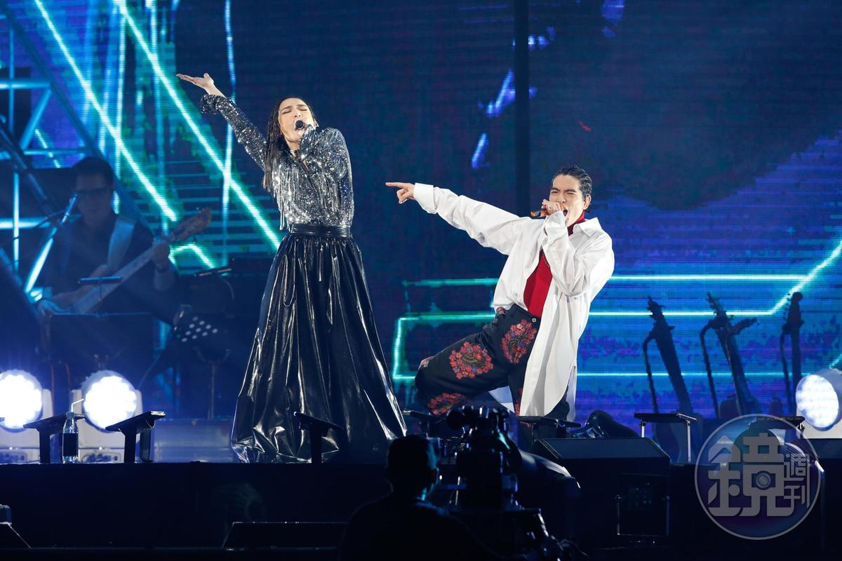 蕭敬騰近期因受傷身體不適,站上與台與徐佳瑩合唱仍熱度不減。