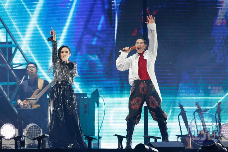 蕭敬騰登上小巨蛋力挺徐佳瑩,2人飆唱〈王妃〉〈傲嬌〉嗨翻全場。