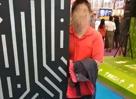 正妹Show girl在台北資訊展上奮勇揪出打手槍怪客,PO網提醒。(翻攝臉書)