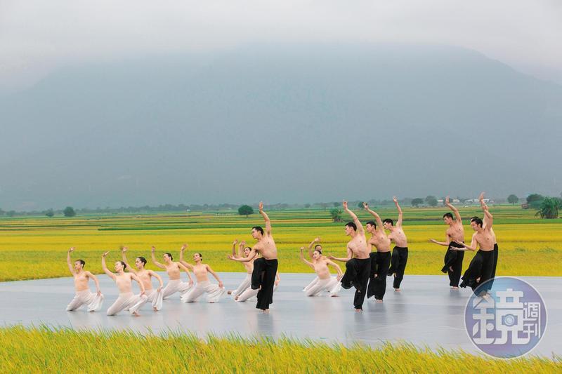 台東池上秋收稻穗藝術節今年邁入第10年,雲門舞集演出「松煙」舞作,3天吸引7千多名觀眾到場。