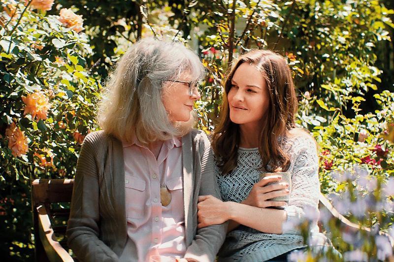 電影主旨並非老人失智,而是探討「手足間誰照顧父母」等多項家庭議題,希拉蕊史旺的表演引人入戲。(采昌提供)