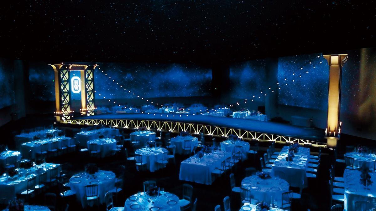 晚宴會場布置成紐約曼哈頓大橋,將現場分為上東區與上西區,有著濃濃的紐約浪漫夜間風情。