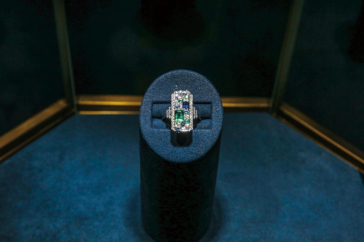 New York Collection Central Park Mosaic鑽戒運用54顆鑽石與11顆藍寶石、海藍寶石、祖母綠寶石打造。