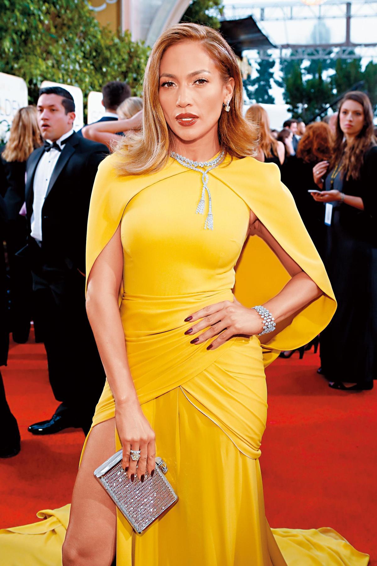 珍妮佛洛佩茲(Jennifer Lopez)出席第73屆金球獎時,佩戴HARRY WINSTON出席走上紅地毯。