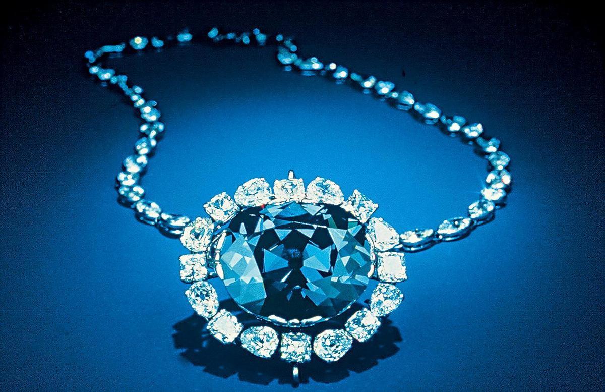 1949年品牌購入希望之鑽(Hope Diamond),是在法國皇室被傳承了幾個世代,也曾從國庫中消失近40年的45.52克拉湛藍色彩鑽。