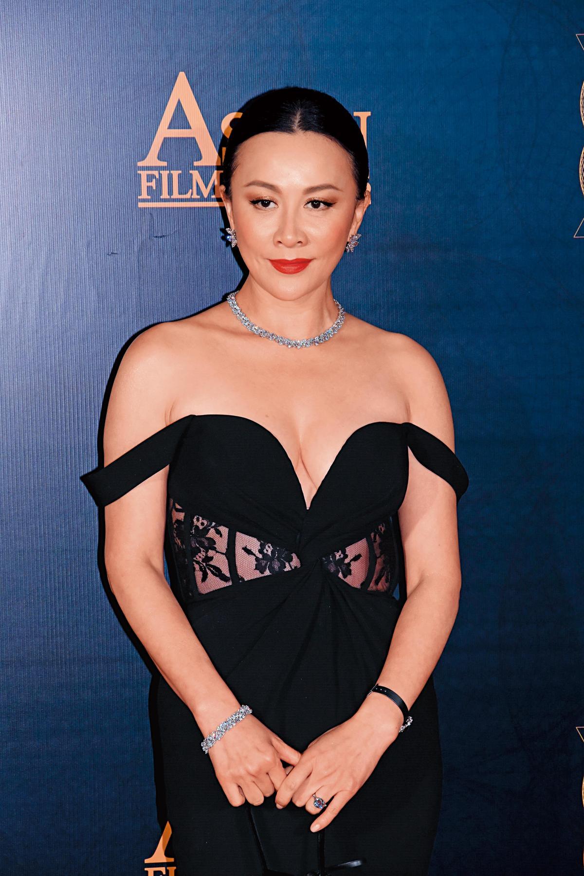 劉嘉玲出席第十二屆亞洲電影大獎時,以低胸晚裝搭配HARRY WINSTON珠寶現身。