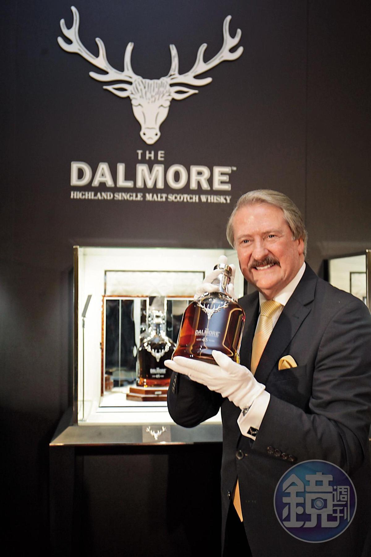 「神級調酒師」之一的大摩首席調酒師理查・派特森繼大摩50年之後,今年3月21日再度來台,在寒舍艾美發表大摩45年單麥威士忌。