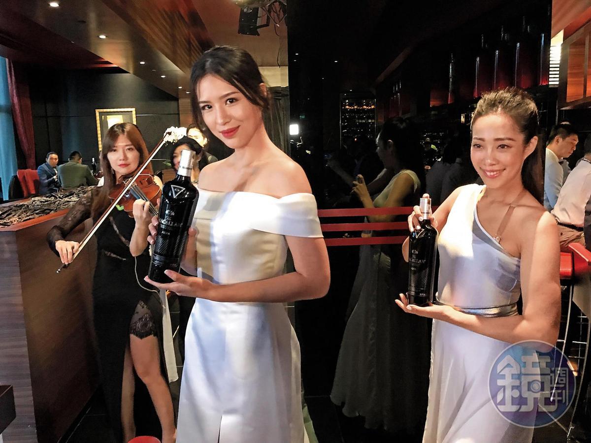 充滿神祕風格的御黑Aera,9月14日選在知名法式餐廳侯布雄發表,由頂尖名模手持進場,伴隨小提琴美妙樂聲揭開序幕。