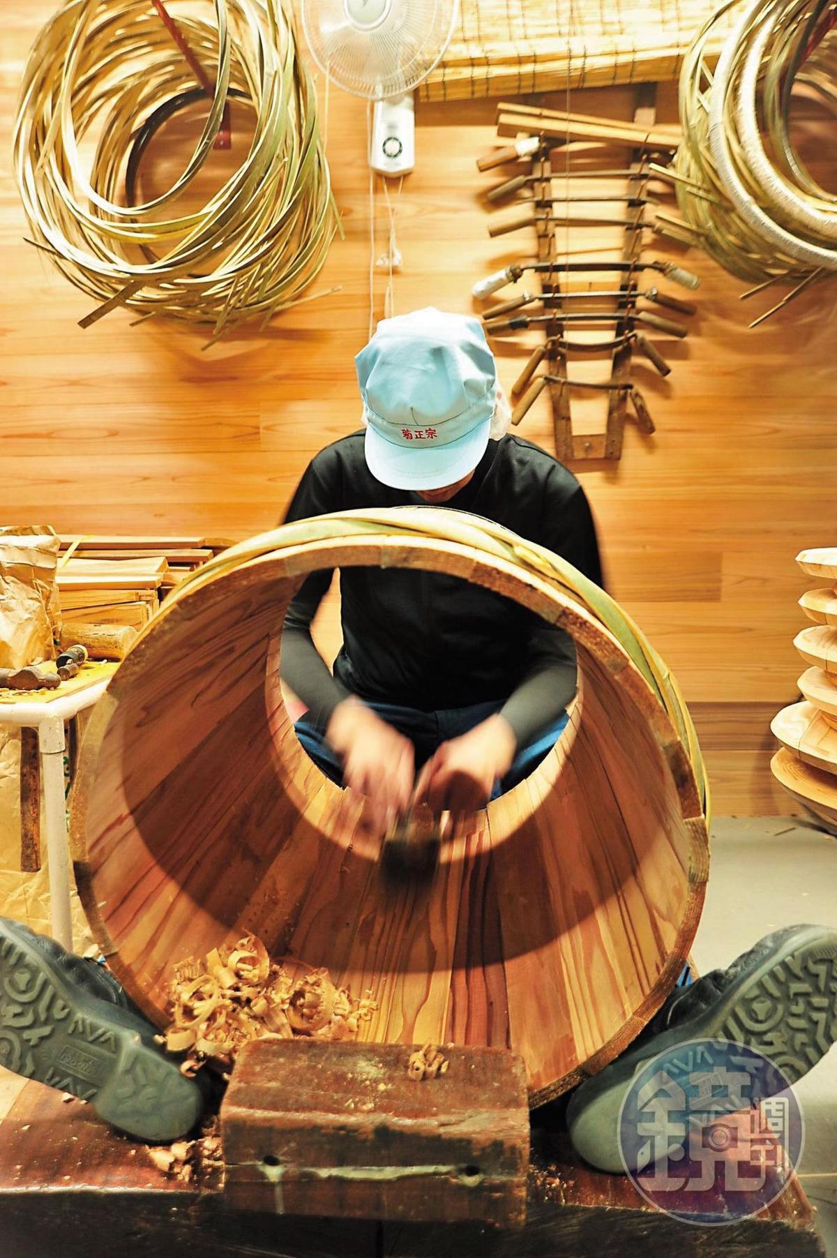 江戶時期清酒從灘五鄉運到關東,就是放在木樽裡,菊正宗今年成立樽博物館,找來專屬的製樽工匠,歡迎消費者入內見學。