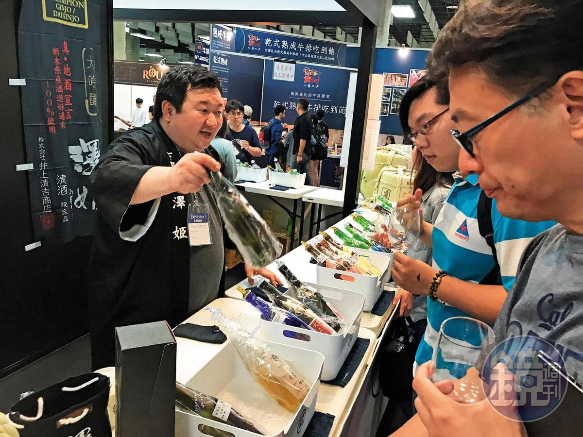 熱愛美食的澤姬社長井上裕史(左),無法抗拒台灣的滋味,這些年在綠芽酒展攤位上,經常可見他的身影。