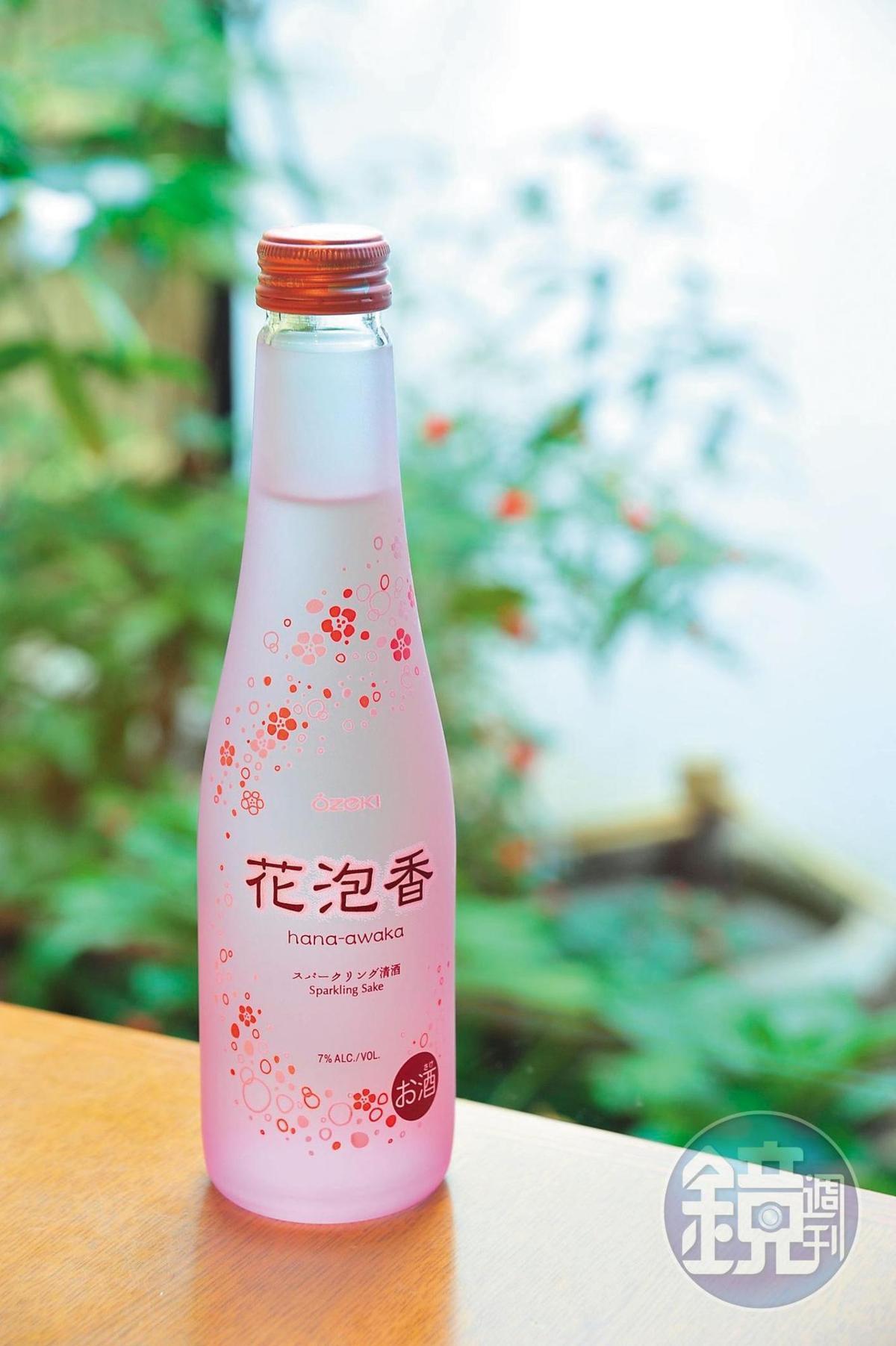日本年輕人較少喝清酒,使得年輕酒造紛紛把眼光放到海外市場,並求新求變讓日本清酒的風貌更多元,看來粉嫩討喜的氣泡清酒就是例證。
