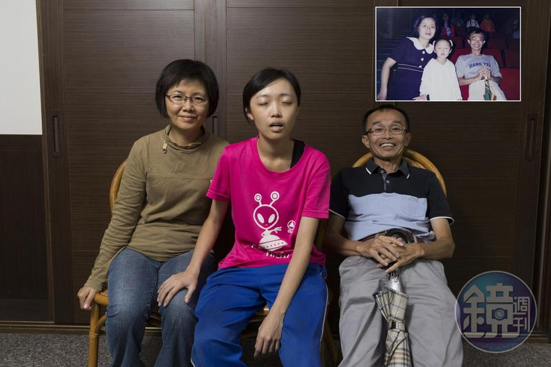 舊照是陳永和(右)和妻子(左)參加女兒(中)幼稚園畢業典禮,今年選舉大部分工作都靠家人支援。重拍舊照,女兒特別重現當年快門一按時,不小心闔上眼的模樣。