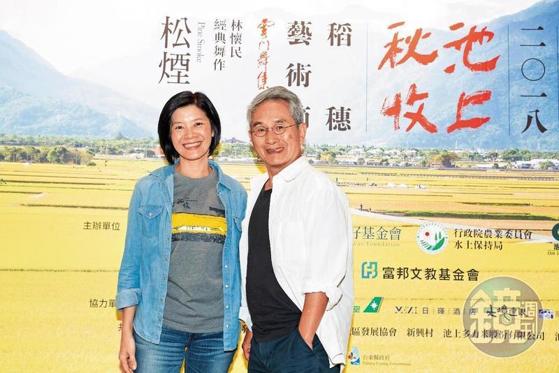 雲門舞集創立人林懷民(右)與台灣好基金會執行長李應平,共同出席池上秋收10週年活動。