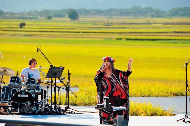天后歌手張惠妹2014年參與池上秋收稻穗藝術節,帶動當地售票演出及活動人氣。(台灣好基金會提供)
