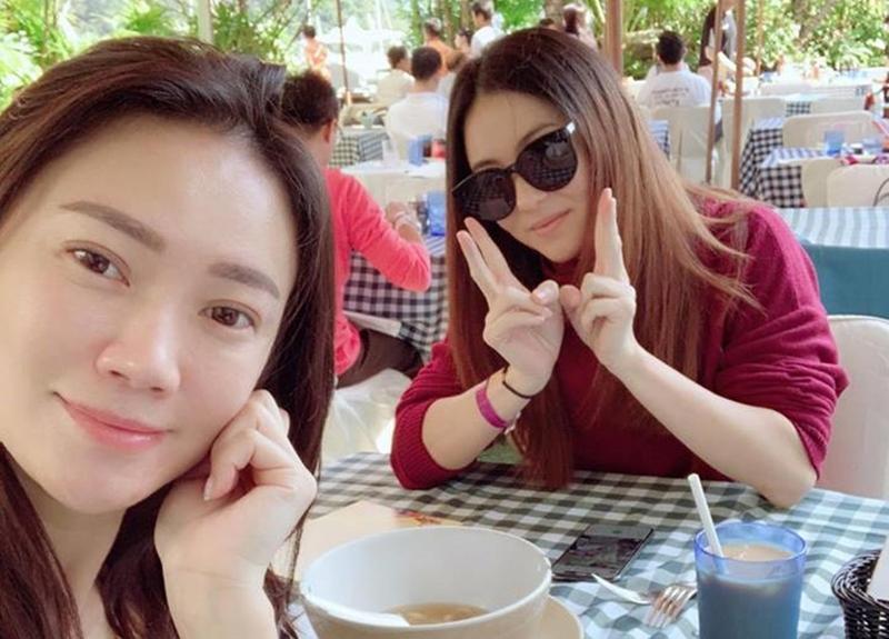 昨天張栢芝出現於香港深灣遊艇會,與好友Bonnie Chu 相遇,兩人開心合照更由好友放在社交網。(翻攝自玻璃朱Bonnie臉書)