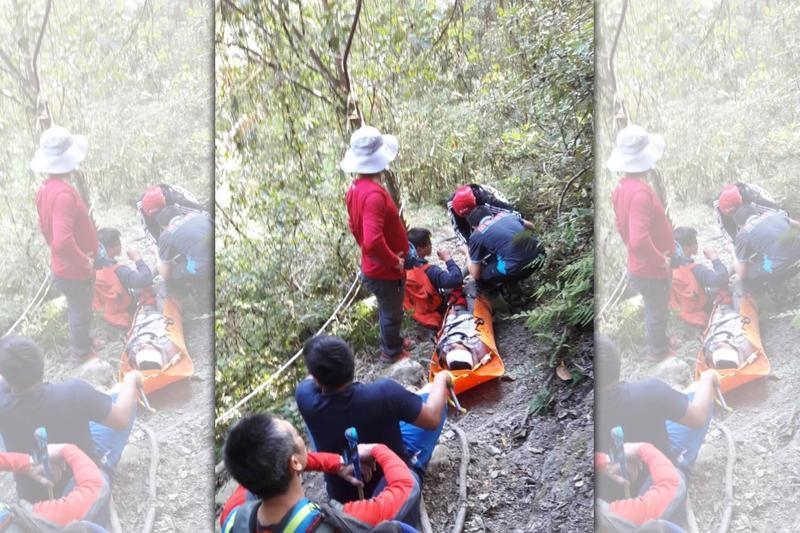 來自雲林縣的陳姓山友登山摔傷,苗栗警消人員花4個多小時將傷友運下山送醫。(消防局提供)