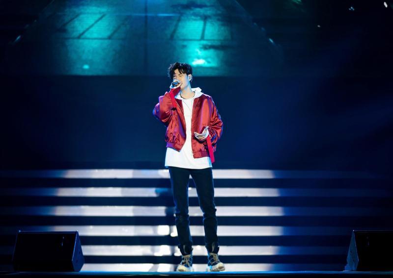 周興哲受邀赴西安擔任「2018英雄聯盟音樂節暨頒獎之夜」表演嘉賓。(英雄聯盟官方提供)