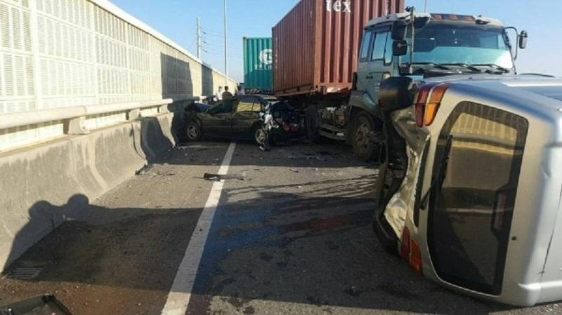 西濱快速道路南下156.1公里處梧棲路段連環撞,造成3人輕傷送醫。(警方提供)