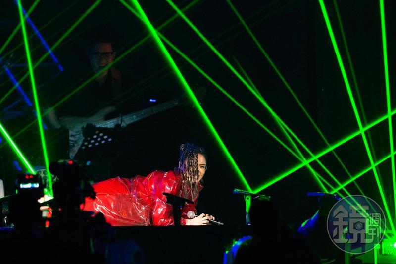 徐佳瑩在舞台上嗨到滿地打滾,下了台才想到沒穿安全褲超窘迫。