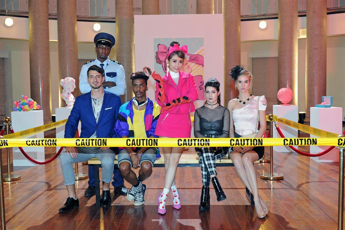〈戀愛泡泡糖〉MV讓愷樂飆舞技也飆演技,跟模特兒一起入鏡對戲。(環球提供)