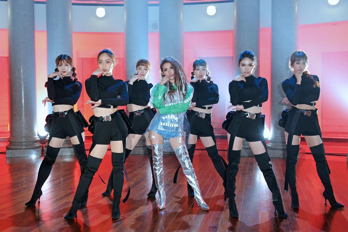 愷樂為了新歌〈戀愛泡泡糖〉大跳新舞步,只學兩堂課就搞定非常神速。(環球提供)