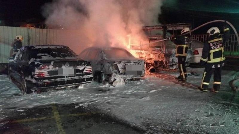 台中市東勢區東坑路傳出火燒車,消防人員到場灌救。(警方提供)