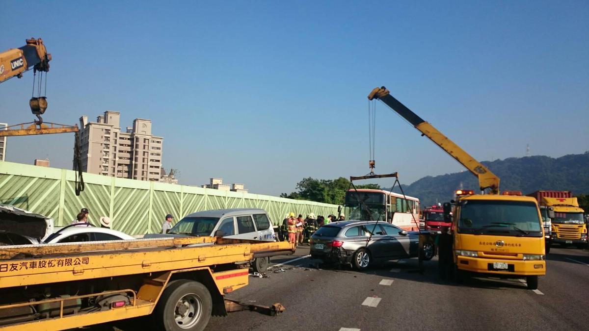 消防員出動多台怪手以排除現場狀況。(翻攝畫面)